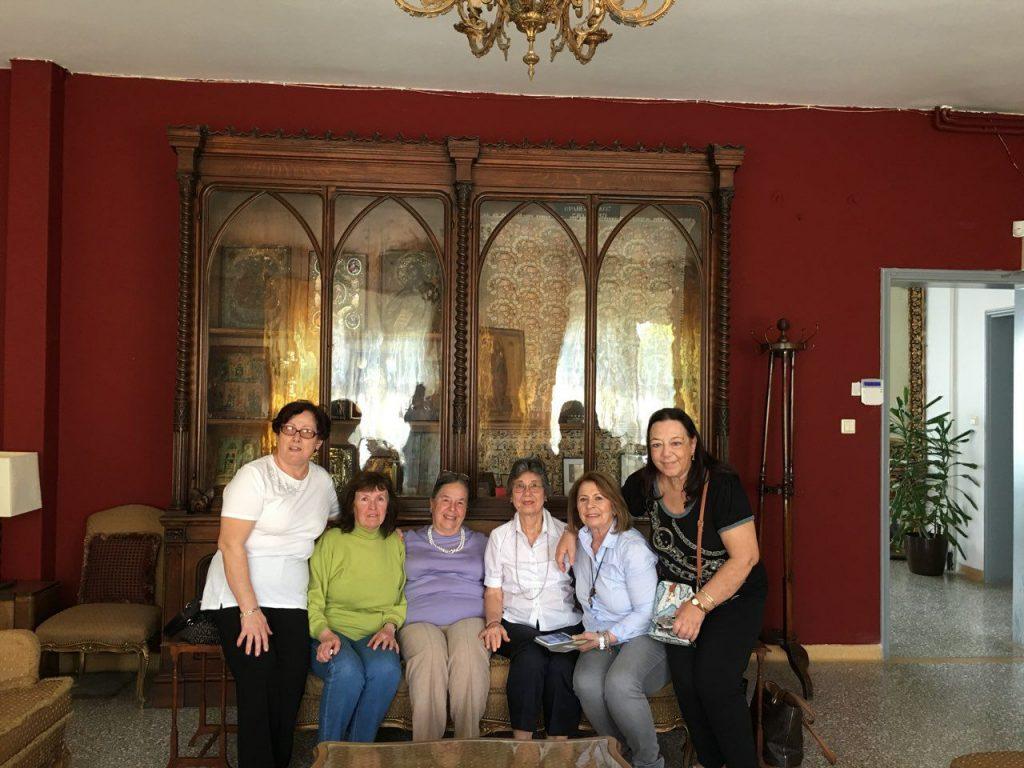 Η Πρόεδρος του Αμαλιείου κ. Ιωάννα Φωκά με μέλη του Συλλόγου Αποφοίτων.